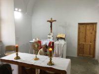 Ks. Marek Michalski podczas adoracji Najświętszego Sakramentu